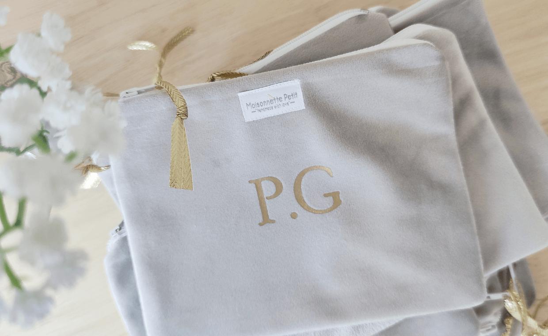 Monedero de terciopelo gris, personalizado con iniciales P.G. en color oro