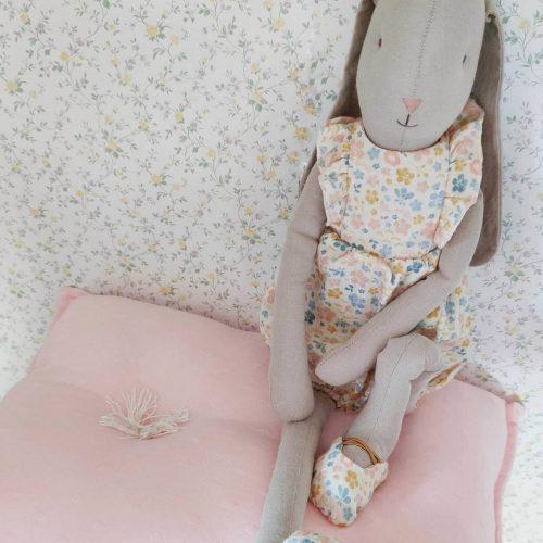 peluche muñeco con tejido de lino crudo y peto con estampado de flores rosa, mostaza y azul