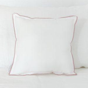 Cojín blanco con puntilla rosa vintage
