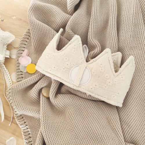 Corona cumpleaños flor bordada crema