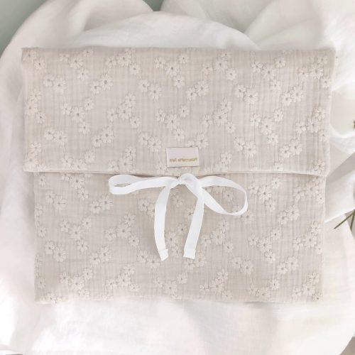 Bolsa de muda flor bordada crema grande